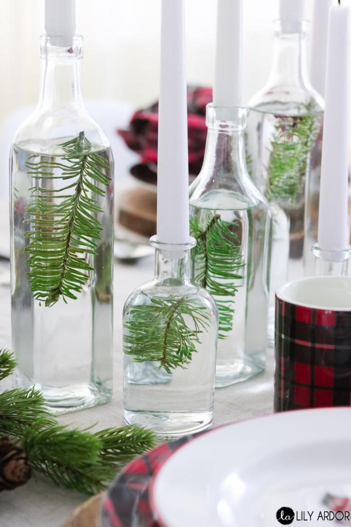 ausgefallene weihnachtsdeko selber machen, gläser mit wasser, weiße kerzen, schwimmkerzen