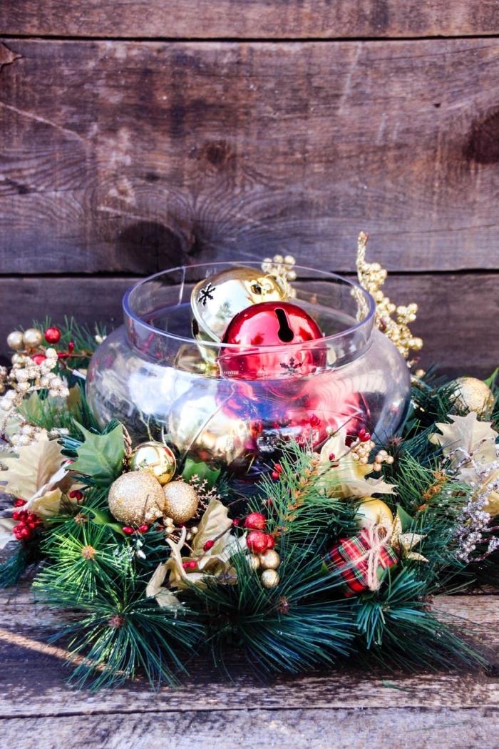 ausgefallene weihnachtsdeko selber machen, glaschale gefüllt mit goldenen und roten weihnachtskugeln