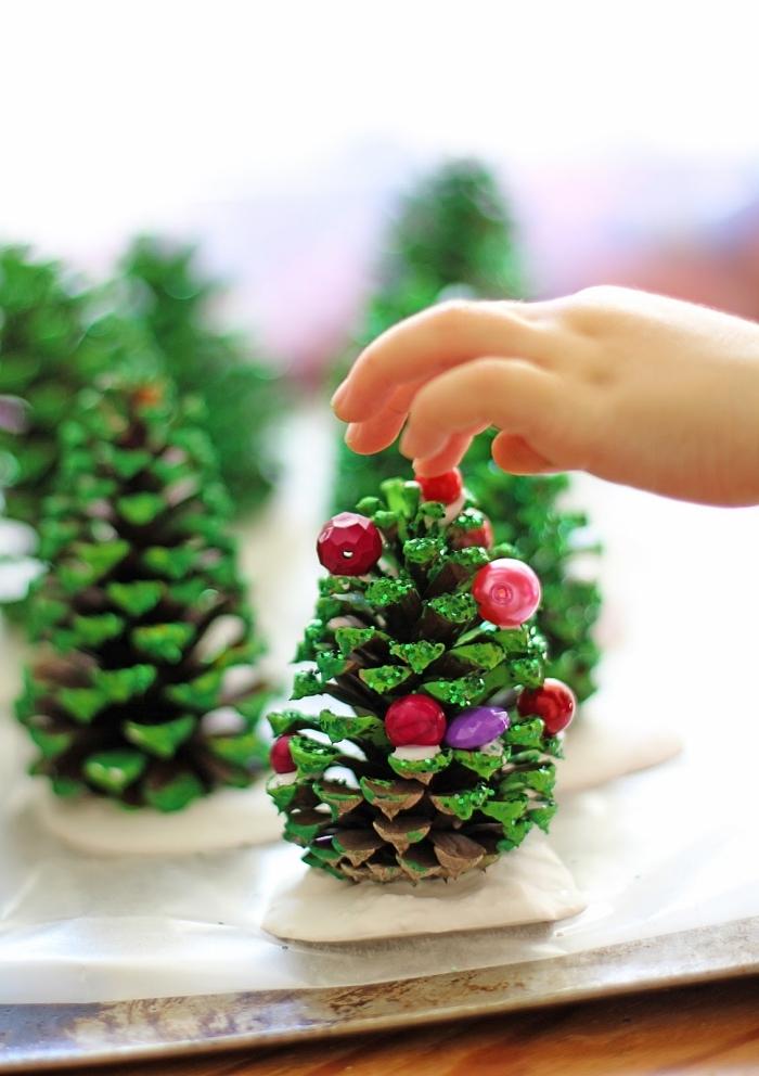 kleine tannenbume aus tannenzapfen, ausgefallene weihnachtsbasteln selber machen, basteln mit kindern