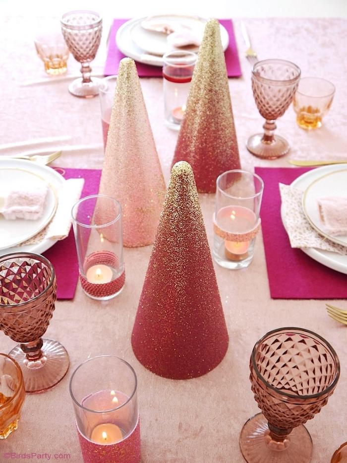 ausgefallene weihnachtsdeko selber machen, tischekorstion in rosa und gold, teelichter
