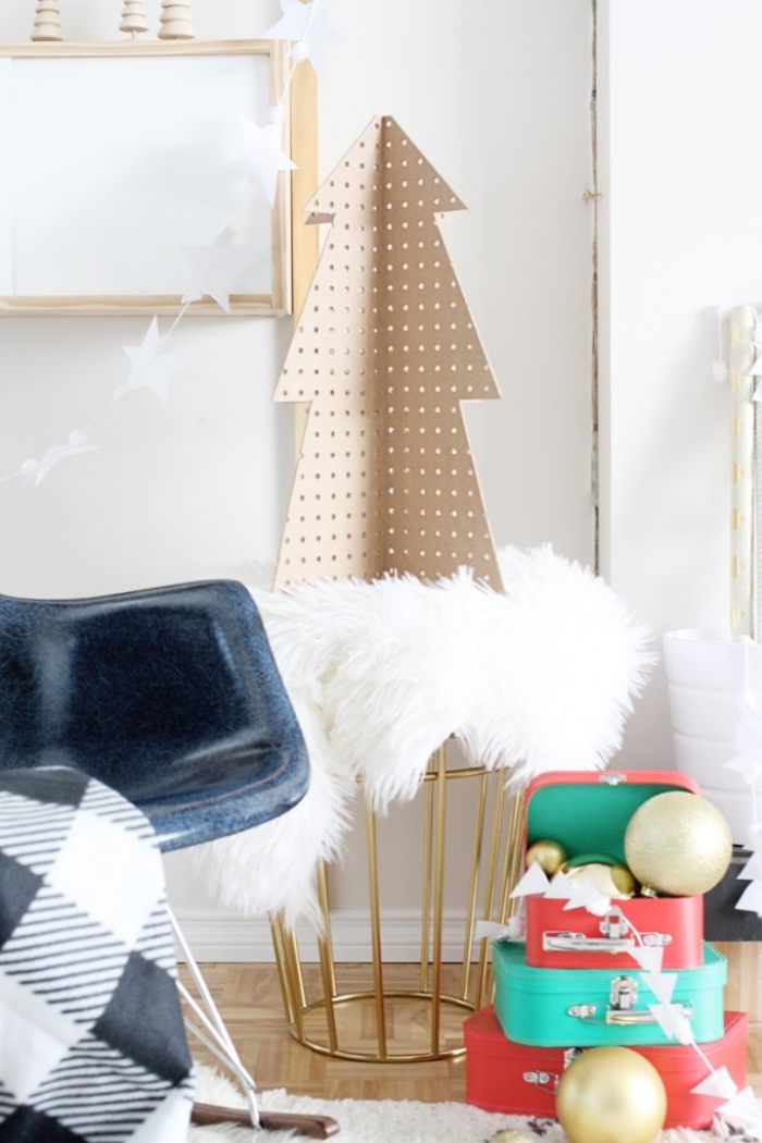 weihnachtsbaum aus holz, weiße flauschige decke, ausgefallene weihnachtsdeko selber machen