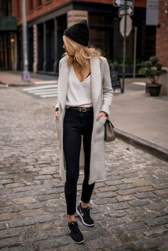 Casual angezogene Frau mit Skinny Jeans, weißes Top und grauem Cardigan, smart casual dresscode für damen