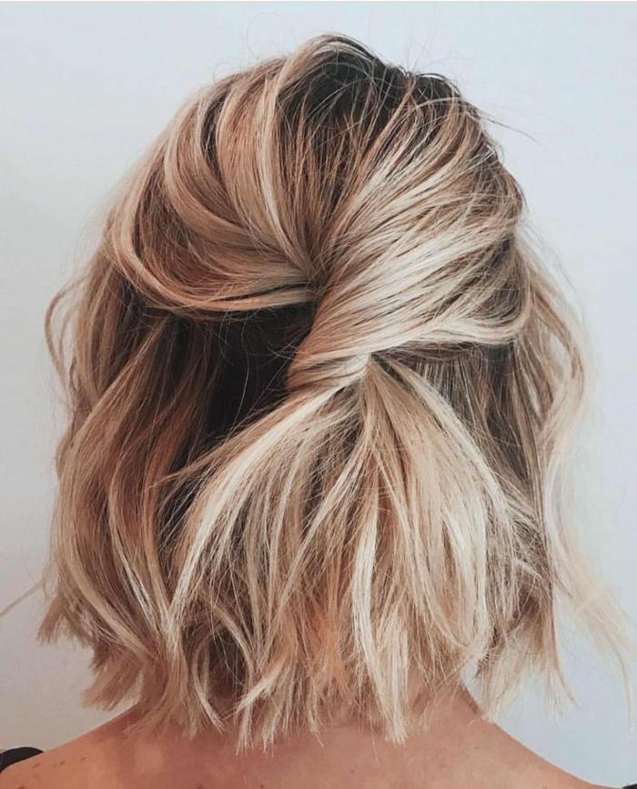 kurze haare frisuren, blonde Haare mit Strähnen, welliges Haar, halb hoch halb runter