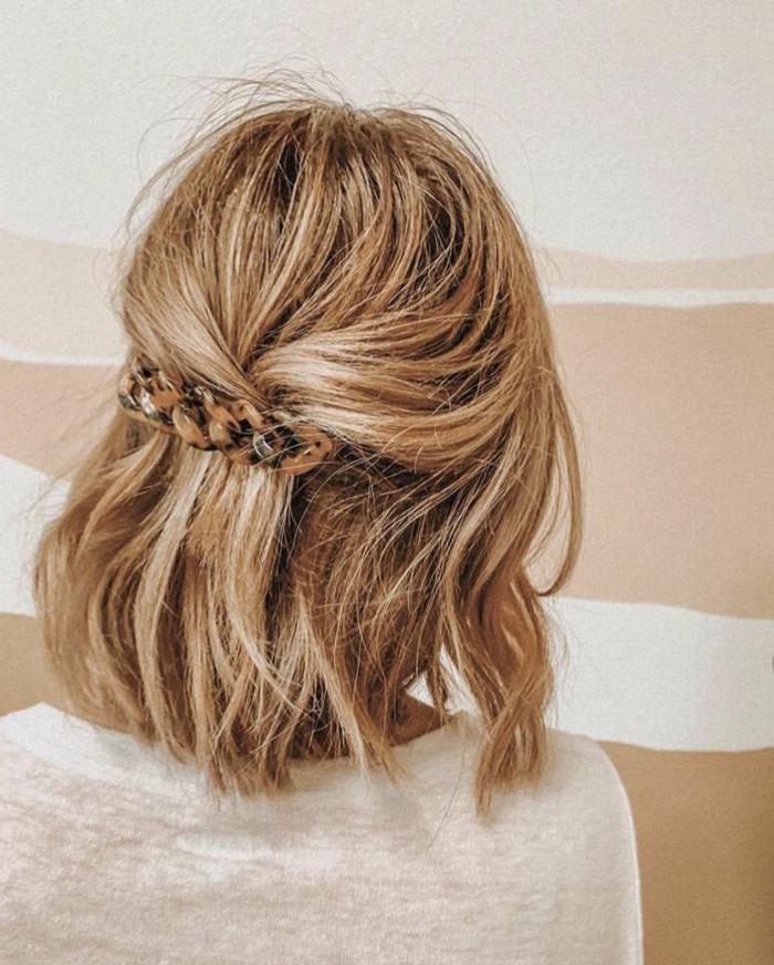 modische kurzhaarfrisuren, halb hoch halb runter haare befestigt mit spange, wellige blonde haare