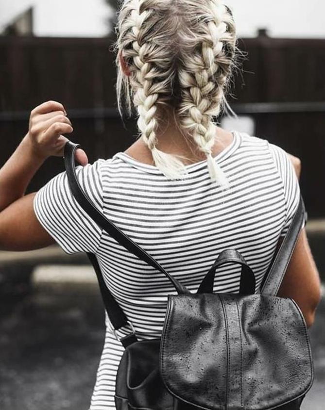 hell blonde kurzhaarfrisuren mit französischen zöpfen, karriertes t-shirt in schwarz weiß, rucksack in schwarz