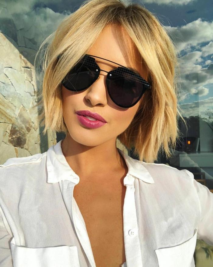 blonde kurzhaarfrisuren, elegante frau mit rotem Lippenstift, schwarze Sonnenbrillen, weiße Bluse