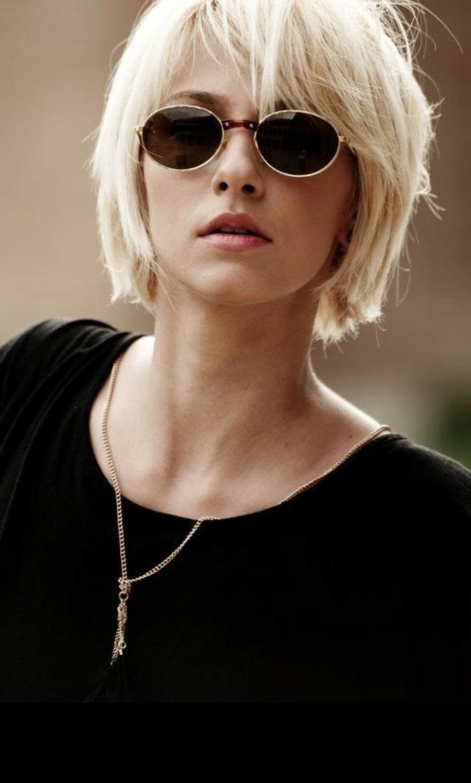 Blonde Kurzhaarfrisuren, Haarschnitt mit Pony, Frau mit Sonnenbrillen und schwarzem Pullover, goldenen Halskette
