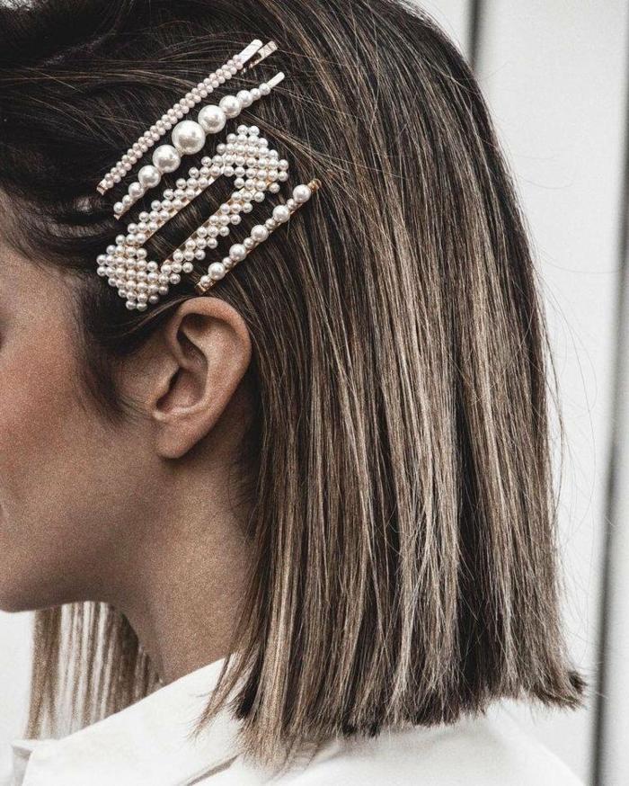 Nahaufnahme von Accessoires im Haar mit Spangen und Haarnadeln verziert mit Perlen, braune Haare mit blonden Strähnen, Frauen Kurzhaarfrisuren,
