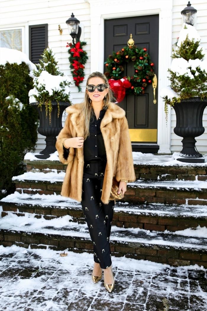Schwarzes Outfit mit goldenen Elementen und Pelzmantel, goldene Pumps