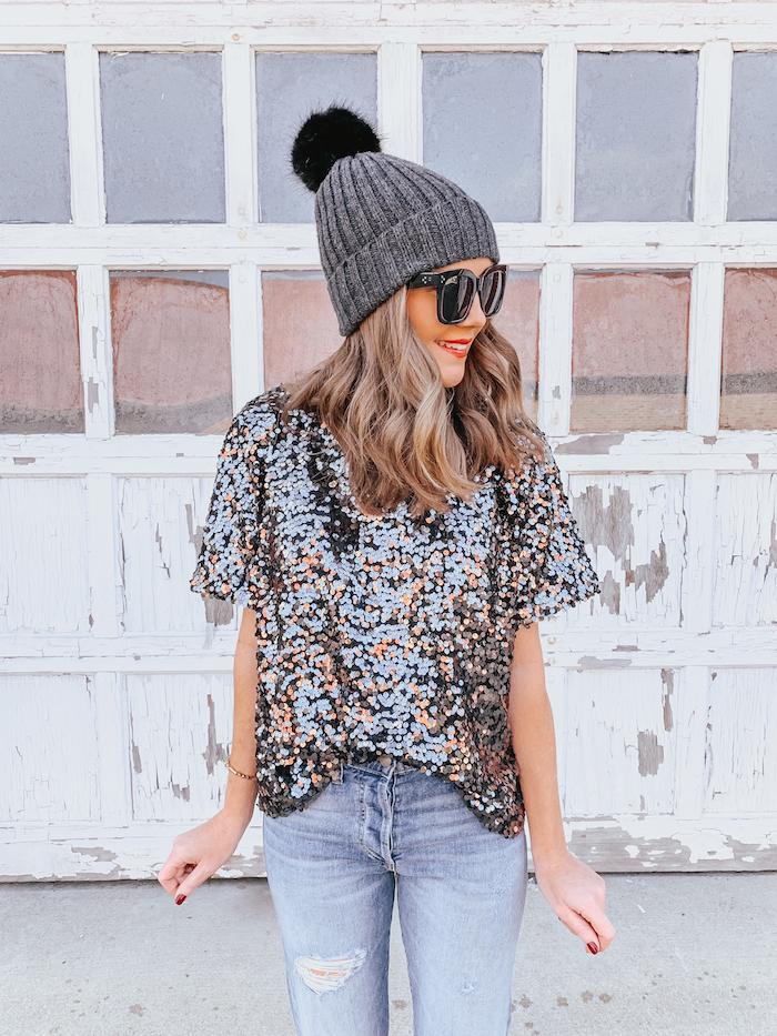 Party Outfit, Glitzer T-Shirt und Jeans, graue Mütze mit Bommel und Sonnenbrille