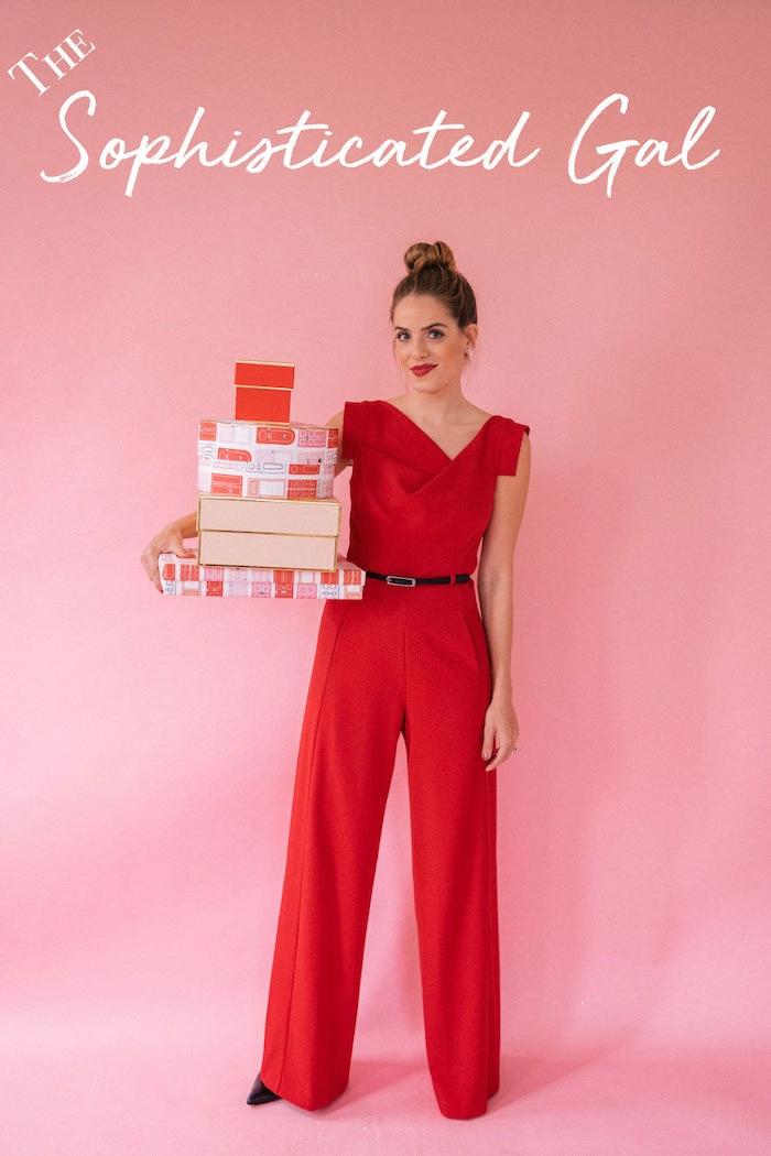 Outfit Idee für Silvester, roter Jumpsuit mit einem dünnen, schwarzen Gürtel, schwarze Pumps, Bun Frisur
