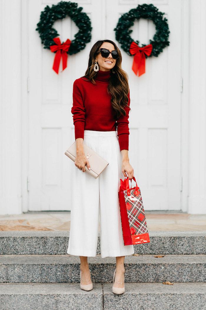 Outfit Idee für Weihnachten, rotes Top und weiße weite Hose, Pumps und Clutch in Beige