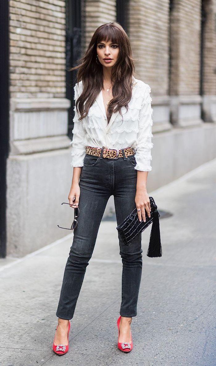 Casual Outfit Ideen, weißes Hemd und schwarze Jeans, Gürtel mit Leopardenmuster, rote Pumps