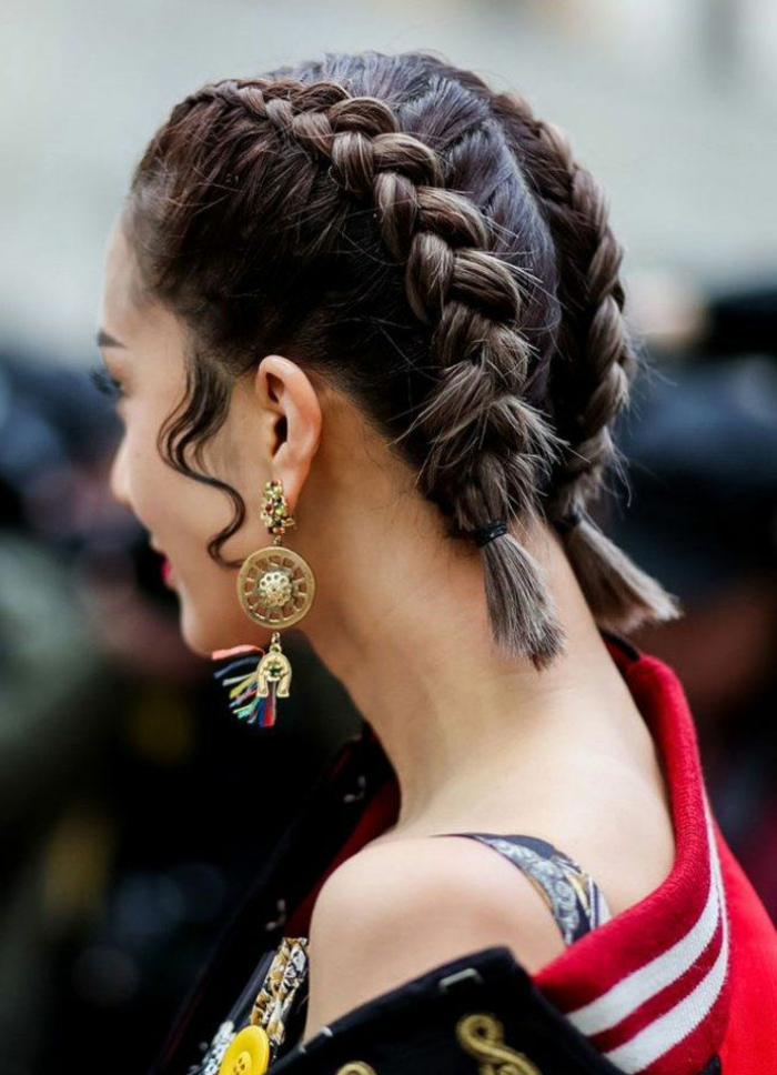 Braune Haare mit französischen Zöpfen, effektvolle Ohrringe, frisuren für kurze haare, rote Jacke mit weißen Streifen, Kurzhaarfrisuren Damen,