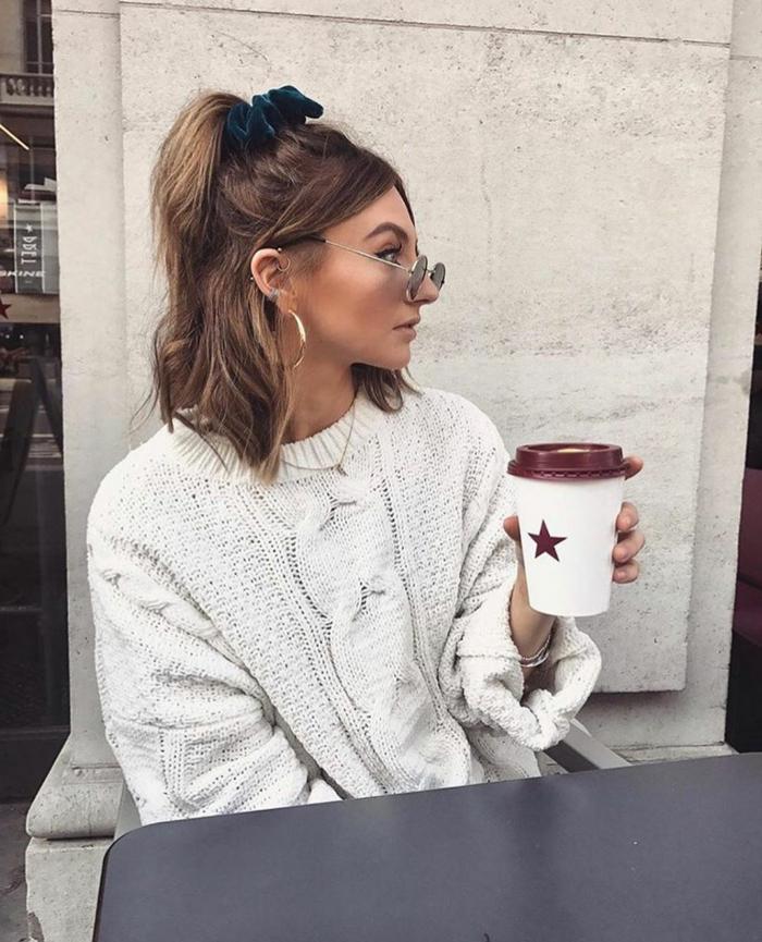 Kurzhaarfrisuren mit Brillen, Foto im Cafe, Halb hoch halb runter mit Half-Ponytail und grünem Scrunchy, weißer Pullover, goldenen Creolen, weißer Kaffeebecher mit einem Stern,