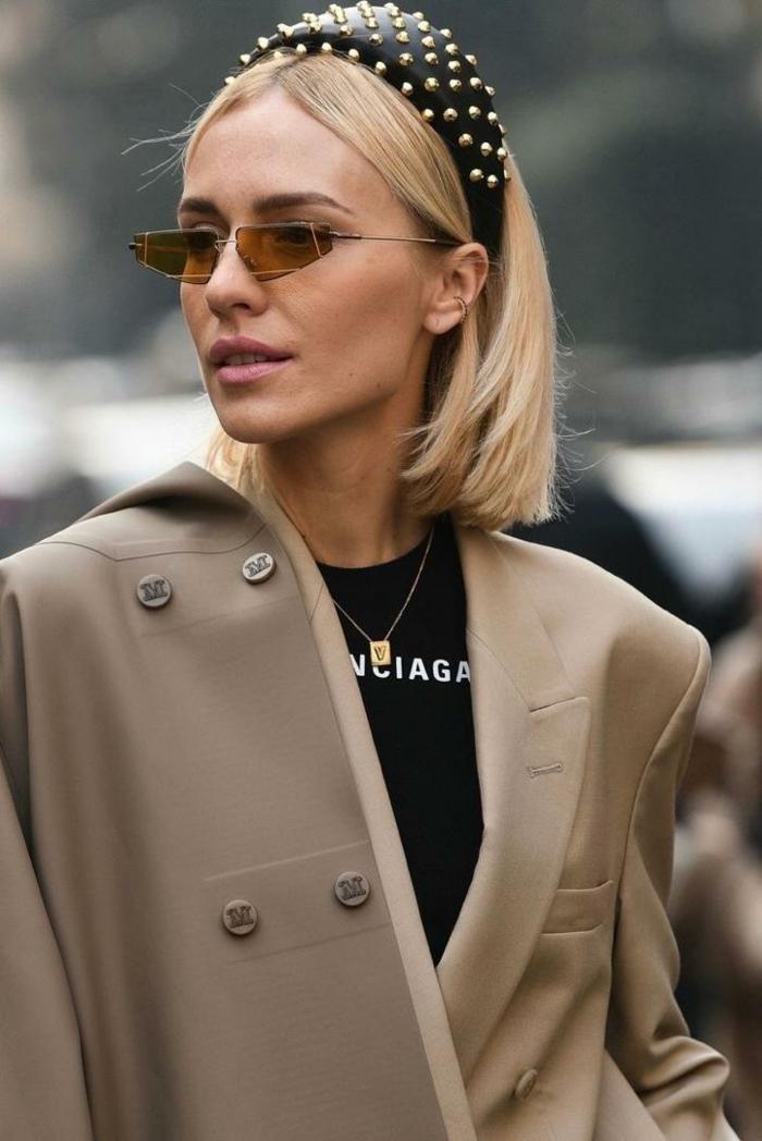 Frisuren für kurze haare, Dame mit blonden Haaren und gepolsterter Haarreif, Kurzhaarfrisuren Damen, monochrome Outfit in beige und schwarzes T-Shirt,