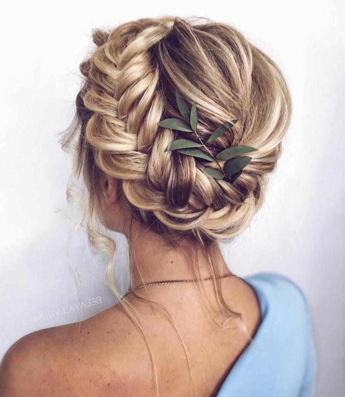blonde Kurzhaarfrisuren, Geflochtene Hochsteckfrisur mit einem Blatt als Accessoire, Blaues Kleid