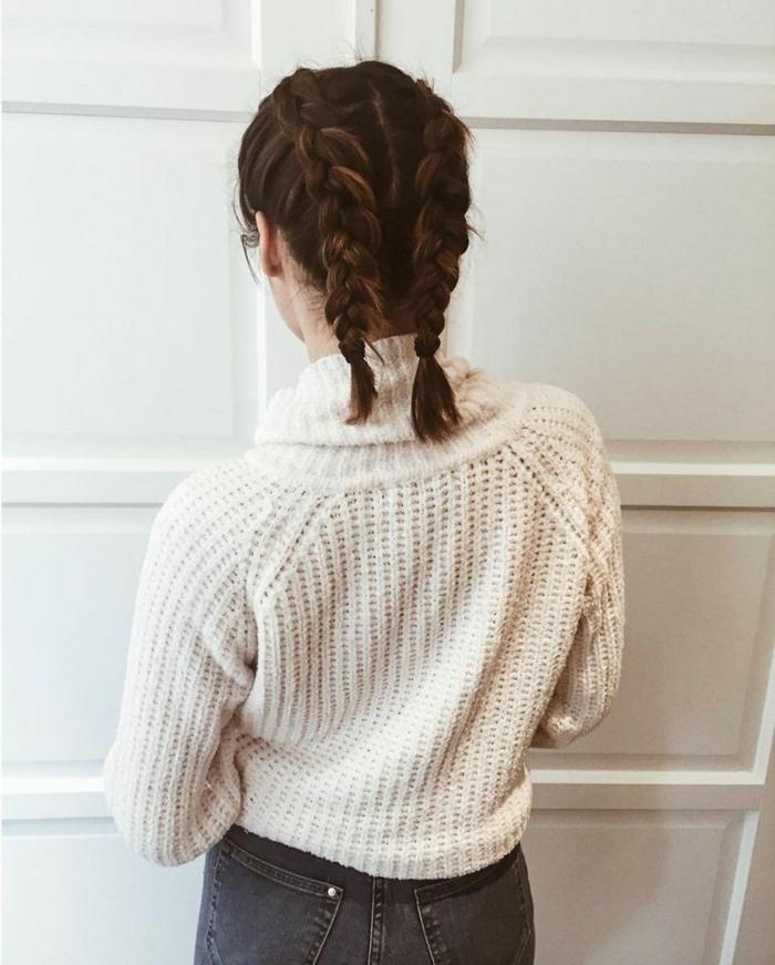 kurze Haare frisuren, französische Zöpfe, braune Haare, weißer Pullover und Jeans,