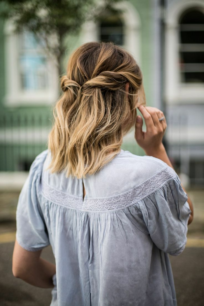 blonde Haare mit Strähnen, halb hoch halb runter, haarfrisuren kurz, blaues Kleid,