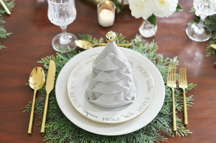 weihanchtsdeko ideen, deko weihnachten selber machen, serviette falten, goldenes geschir