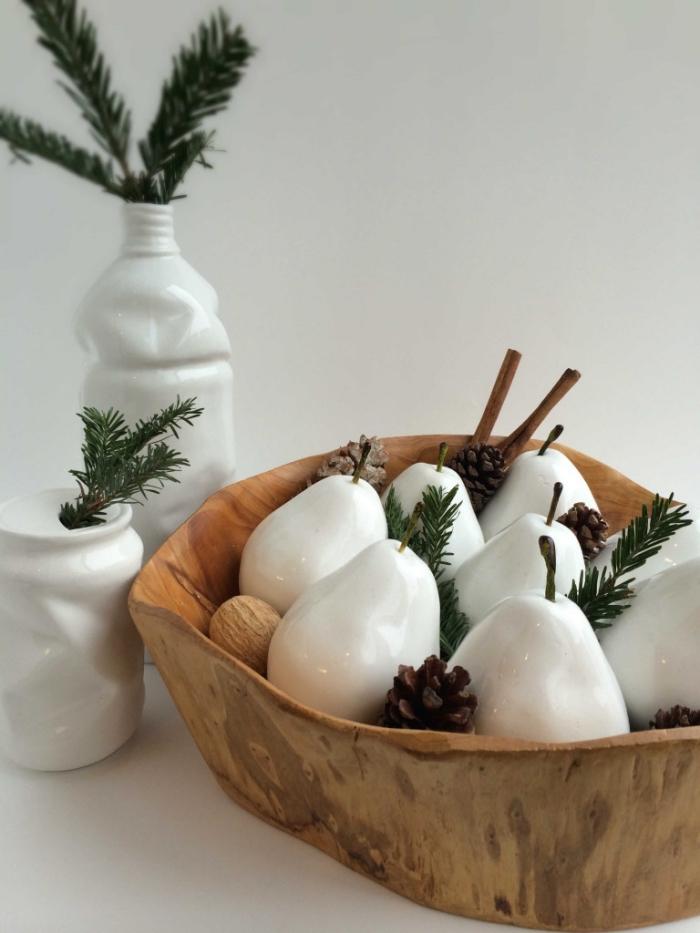 deko weihnachten selber machen, weiße birnen, dekorative schale aus holz, tischdekoraiton