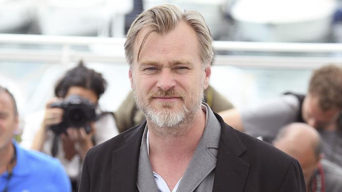 ein mann mit bart und einem grauen bart, der britische regisseur christophher nolan, ein mann mit einem schwarzen mantel