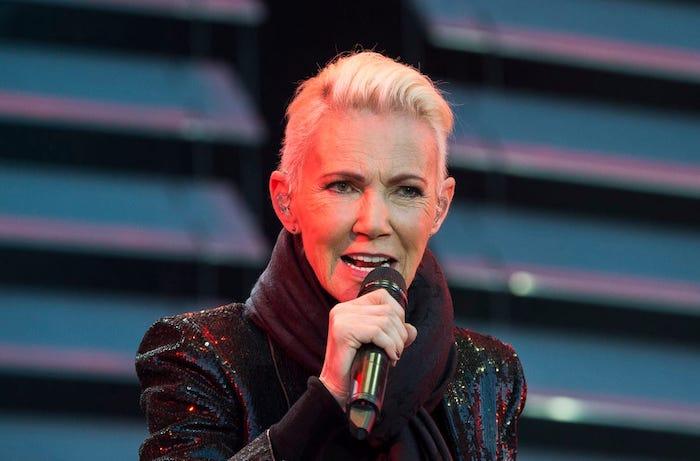 eine alte frau mit weißem short cut hair, die auf einer bühne singt, die roxette sängerin Marie Fredriksson ist tot