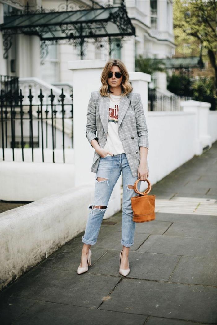 Große Frau mit zerrissenen Jeans, karierter Blazer und T-Shirt mit Aufdruck