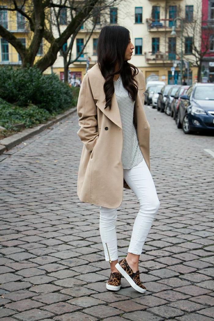 Frau in weißen Jean, hautfarbener Trench, Sneakers mit Leopardenmotiv