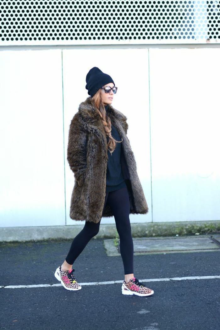 Dame mit Plüschmantel, Sneakers mit Muster, Leggings und Beanie