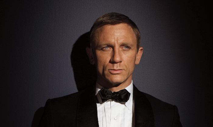 der schauspieler daniel craig in der rolle von james bond, ein mann mit einem weißen hemd und mit schwarzer fliege, keine zeit zu sterben, no time to die