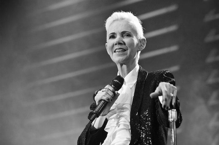 die roxette sängerin Marie Fredriksson auf der bühne ein schwarz weißes bild mit der roxette sängerin Marie Fredriksson