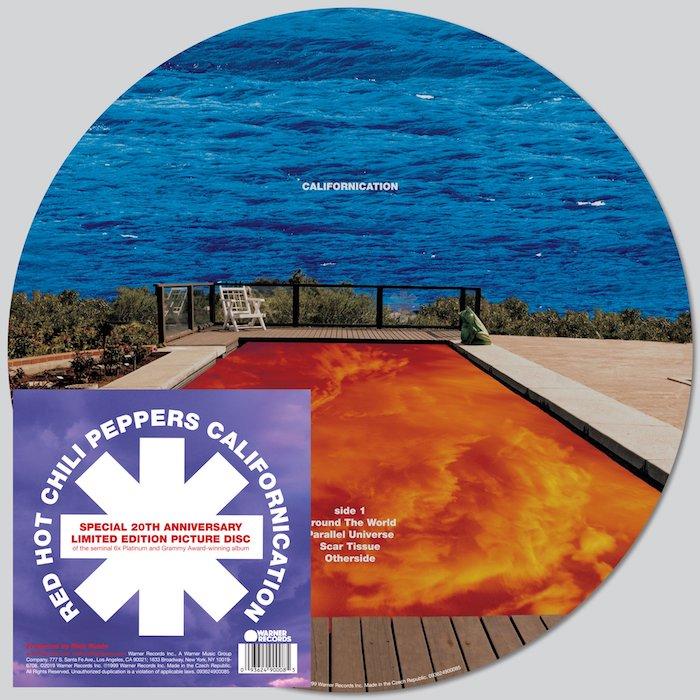 cover des albums californication der amerikanischen band red hot chilli peppers, das logo der band, ein schwimmpool mit orangem wasser, john Frusciante