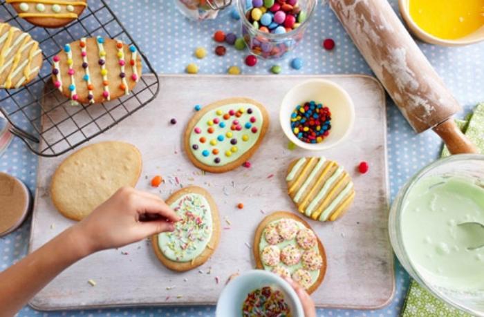essen für kindergeburtstag, kekse eier mit zuckerglasur und bunten bonbons, kinder essen