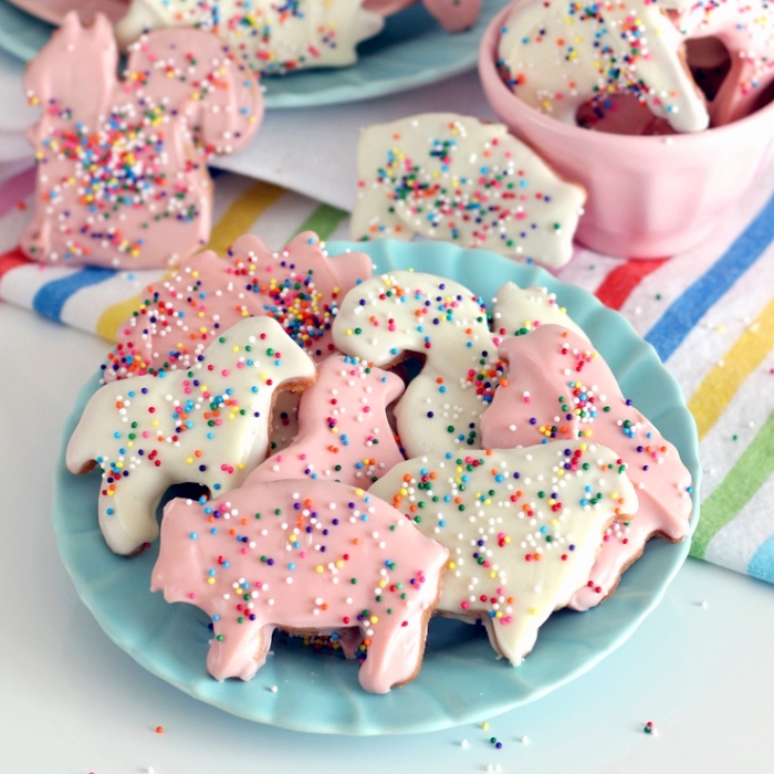 essen für kindergeburtstg, kekse tiere dekoriert mit zuckerglasur und bunten zuckerstreuseln