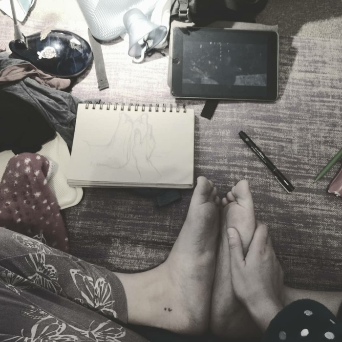 Semicolon Tattoo am Fuß, Skizze des Fußes, zeichnen, tattoo psychische störung, tablett, notizbuch