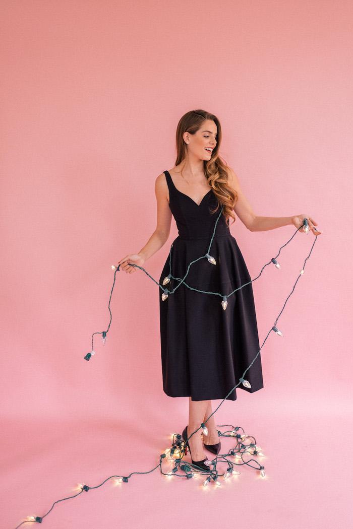 Schwarzes Cocktailkleid, A Linien Kleid mit V Ausschnitt, schwarze Pumps, offene gewellte Haare