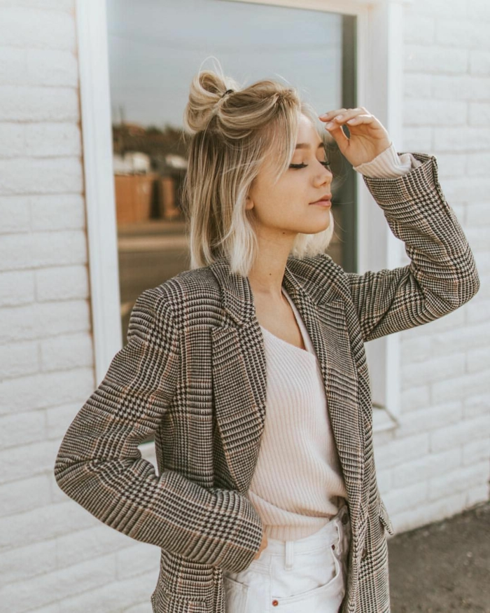 Stylische karrierte Jacke mit Bluse in beige, weiße Jeans, Blonde Frau mit messy Haarknoten, damenfrisuren kurz