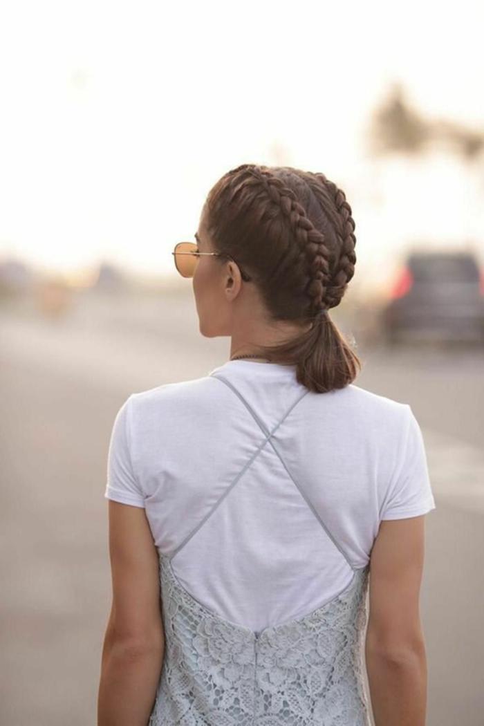 Frisuren frauen kurz, französischer Zopf und kleiner Pferdeschwanz, weißes T-Shirt unterm Kleid