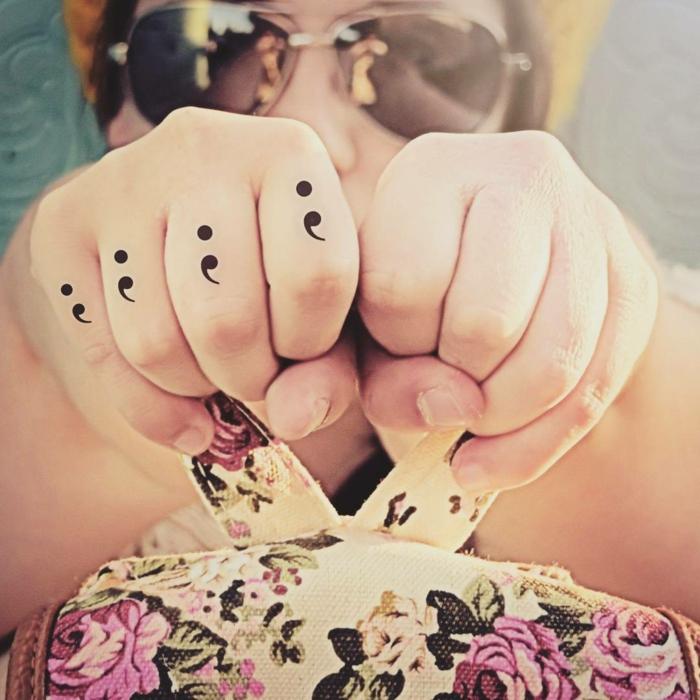 Semicolon Knöchel Tattoo an der Hand einer Frau, depression tattoos, sonnenbrillen,