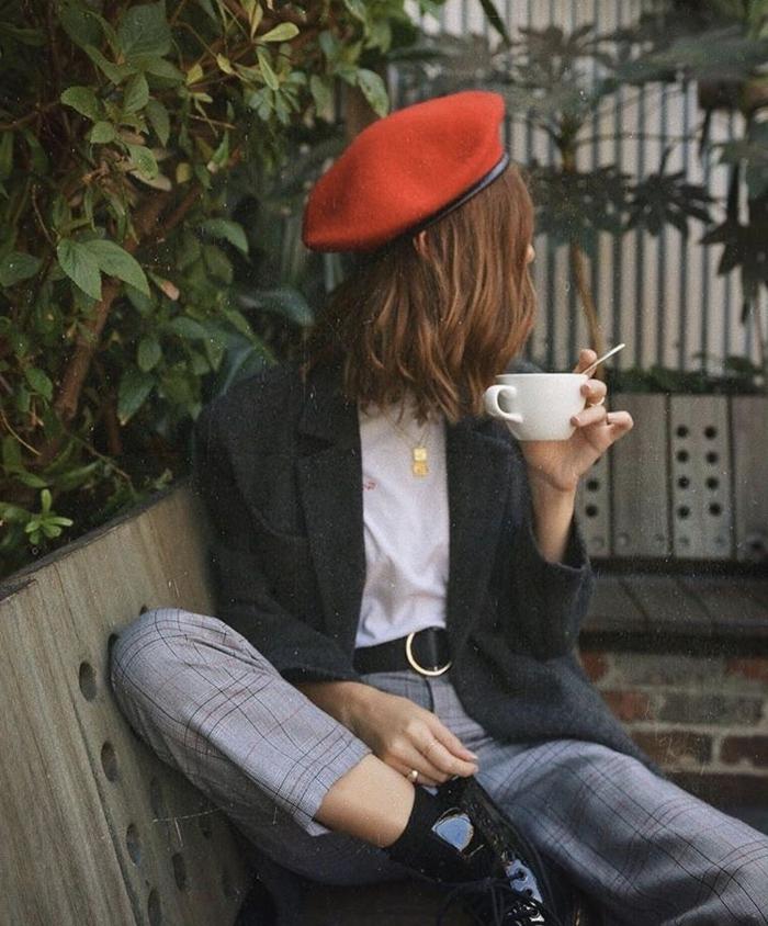 frauen kurzhaarfrisuren, dame im roten barret, angezogen in schwarzer Jacke und karierter Hose mit weißer Bluse, schwarze Stiefel