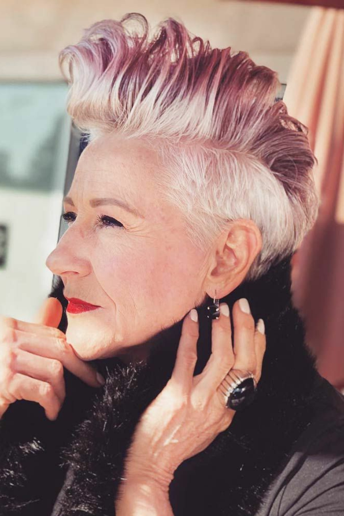 freche kurzhaarfrisuren undercut, Weißes Haar mit pinken Strähnen, roter Lippenstift, großer Ring mit schwarzem Stein