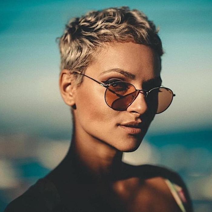 kurzhaarfrisuren frauen frech, blonder pixie haarschnitt, runde Sonnenbrillen,