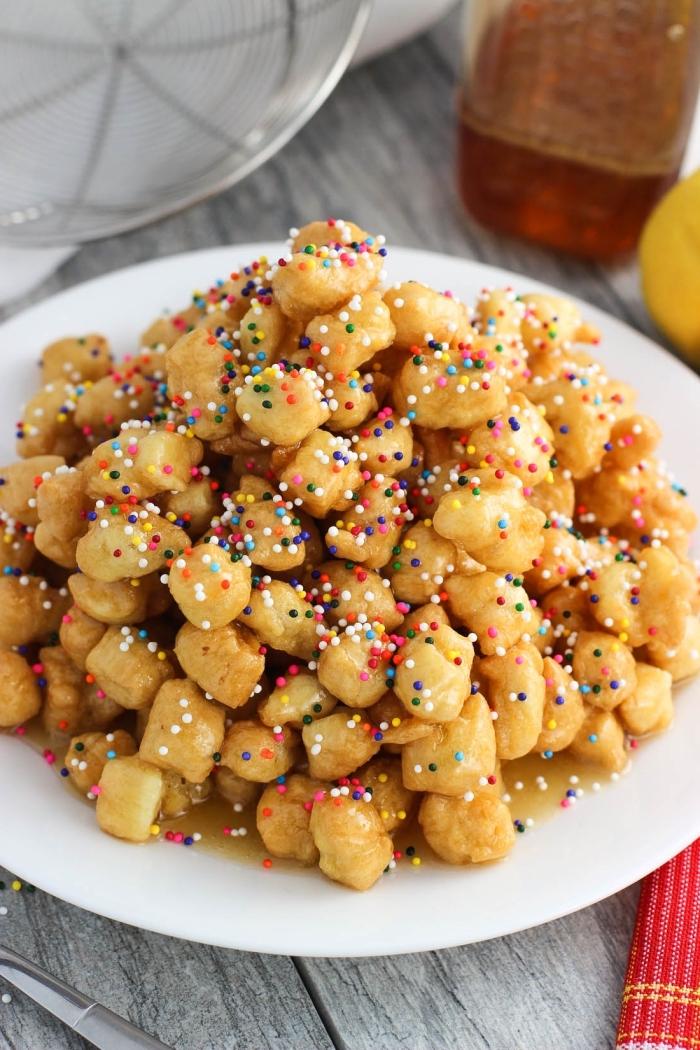 rezepte die kinder schmecken, kleine häppchen dekroiert mit zuckerperlen, mini kroketten