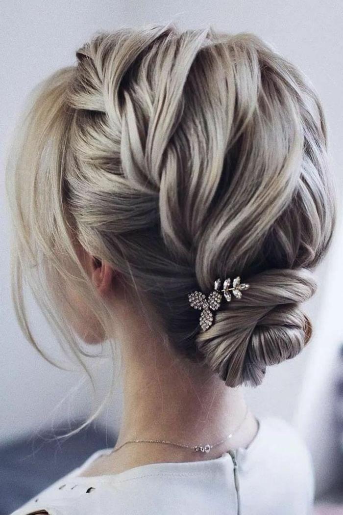 elegante hochsteckfrisur mit zopf und accessoire, frauen kurzhaarfrisuren, blonde frau im weißen Kleid