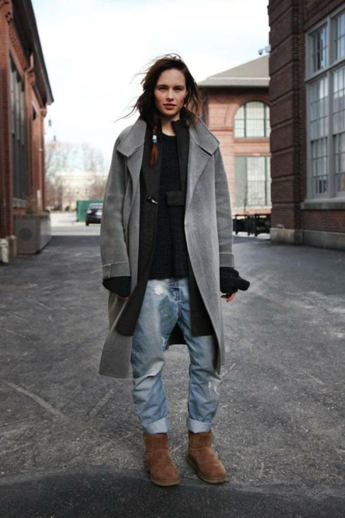 Lässig gestylte Dame in Boyfriend Jeans, smart casual women, oversized Mantel, dunkle Bluse und Stiefel