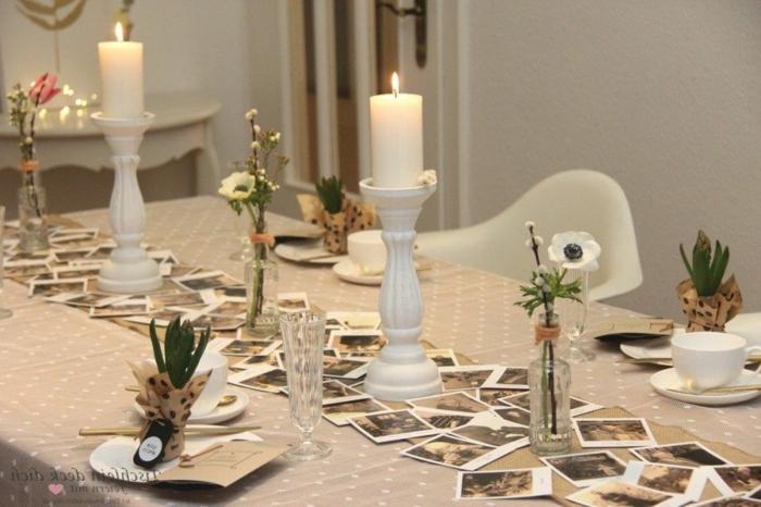 Geschenke zum 80 Geburtstag Oma, Tischläufer mit Familienfotos, Dekoration aus Hyazinthen und große, weiße Kerzen, weiße Stühle