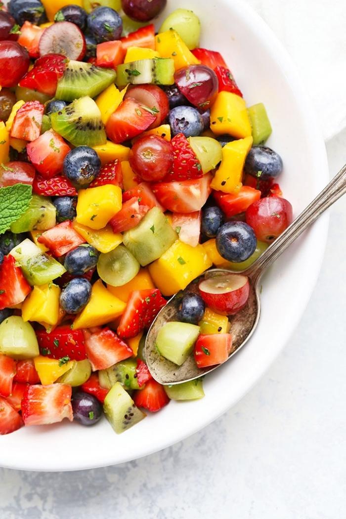 gesundes essen für kinder, einfacher salat mit erdbeeren, kiwi, mango und blaubeeren, obstsalat