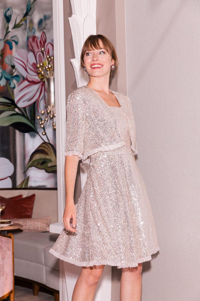 Silbernes Kleid für Silvester mit Pailletten, knielanges A-Linien Kleid, Oberteil mit kurzen Ärmeln