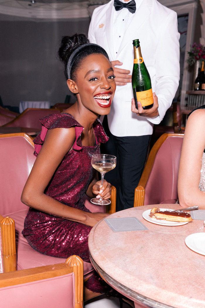 Silvester Outfit, Glitzer Kleid in Bordeaux, roter Lippenstift, simple Hochsteckfrisur